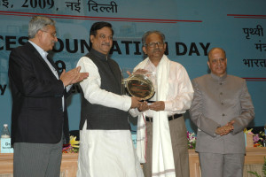 The Minister of State for Science and Technology and Earth Sciences (IC), PMO, Personnel, Public Grievances & Pensions and Parliamentary Affairs, Shri Prithviraj Chavan presenting the National Award in Ocean Sciences for the year 2009 to Dr. George Joseph, at the Earth Sciences Foundation Day, in New Delhi on July 27, 2009. The Member, Planning Commission Dr. K. Kasturirangan and the Secretary, Ministry of Earth Sciences, Dr. Shailesh Nayak are also seen.